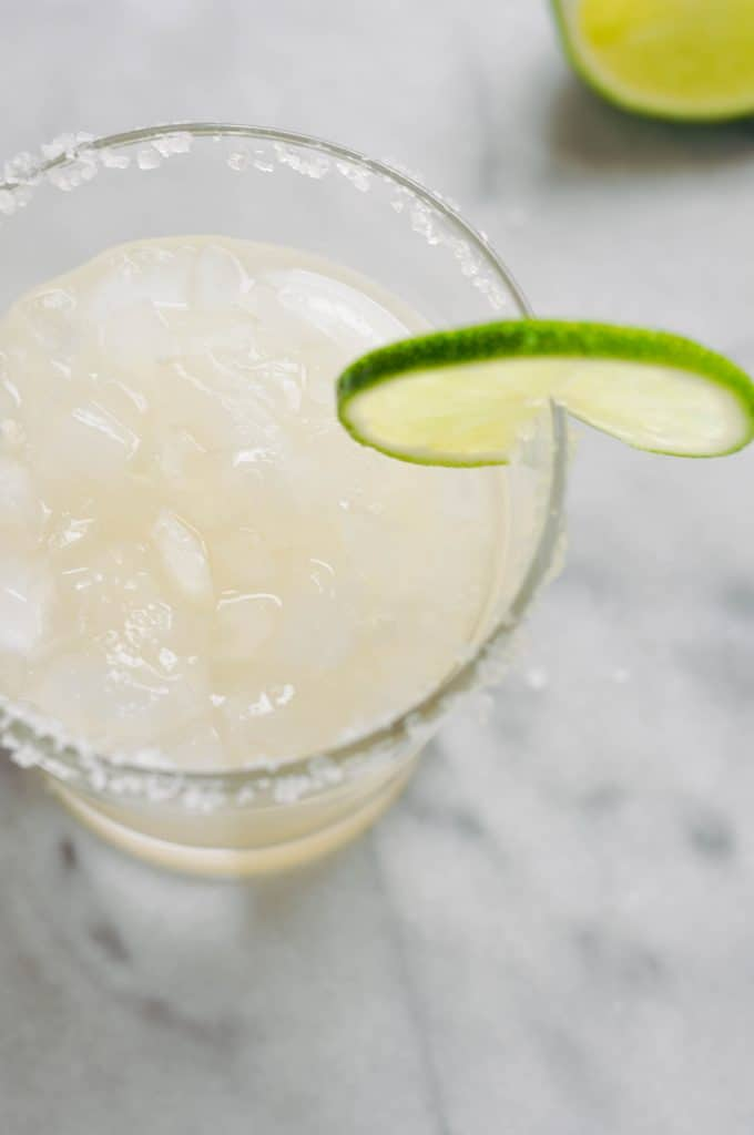 ginger lime margarita with a lime slice